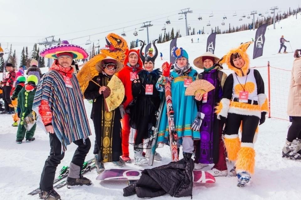 Джокер, викинги, сноуборды и лыжи: в Шерегеше прошел карнавальный спуск. ФОТО: Елена Юркина
