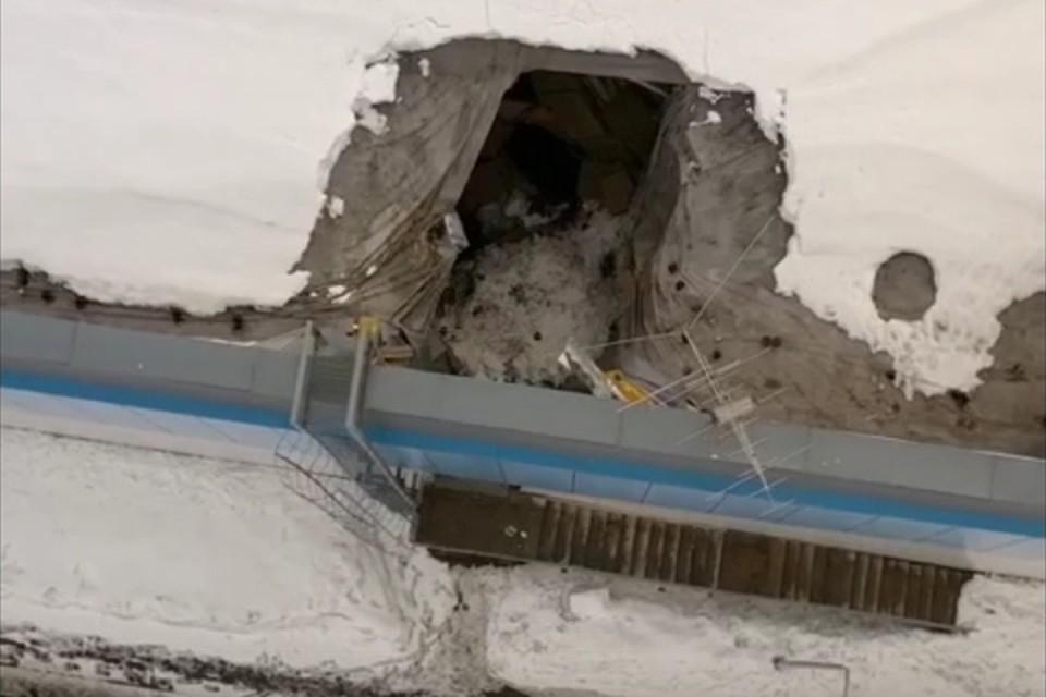 Один из сегментов кровли разрушился над складским помещением. Фото: vk.com/youthsport43