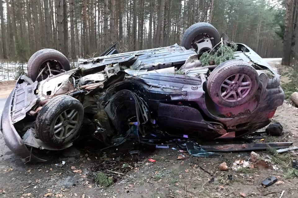 В Твери 19-летняя девушка без прав врезалась в дерево и перевернулась. Пострадали она и 44-летний пассажир. Фото: УГИБДД по Тверской области.
