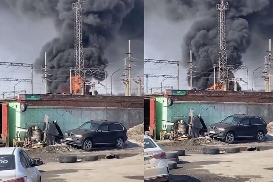 Появилось видео пожара на трансформаторной подстанции в Калининском районе.