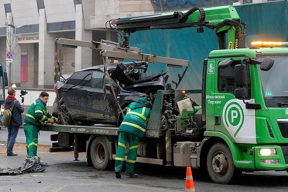 Эвакуация разбитого авто с места аварии на Смоленской площади 1 апреля. Фото: Михаил Джапаридзе/ТАСС