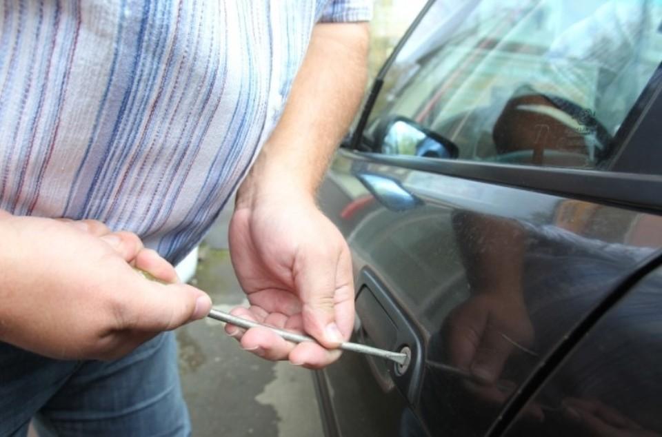 Полицейским пришлось изъять автомобиль и передать его сотрудникам УФССП