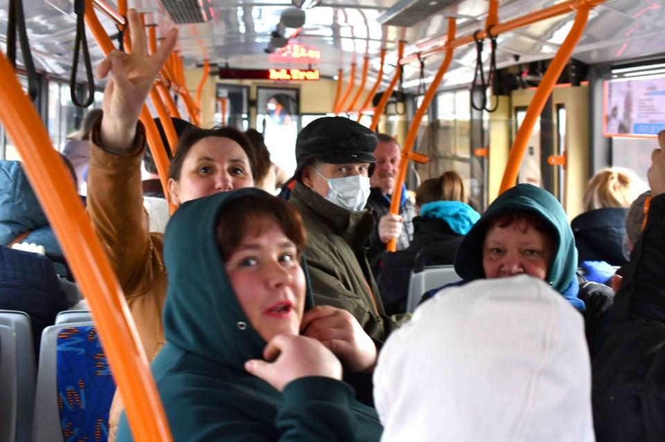 Некоторые садятся в троллейбусы, не надевая защитную маску. Фото: соцсети