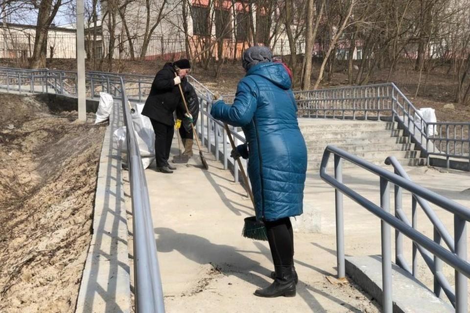 К уборке привлекли сотрудников Бежицкой районной администрации и работников дорожного управления.
