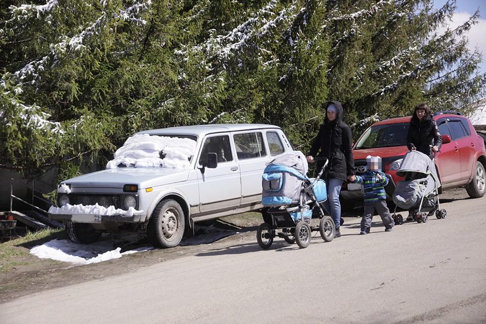 Мужчина возит в школу шестерых детей