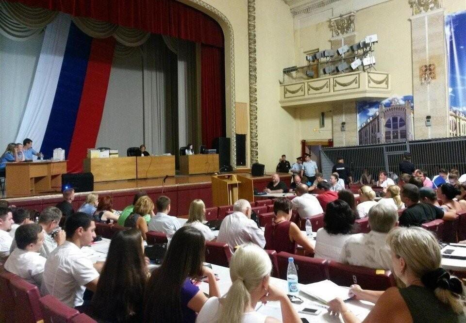 Обычные залы судов не могли вместить полсотни подсудимых вместе с адвокатами, поэтому заседали в Культурном центре облМВД