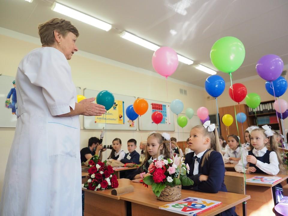Школьникам якобы велели приходить с цветами и в парадной форме.