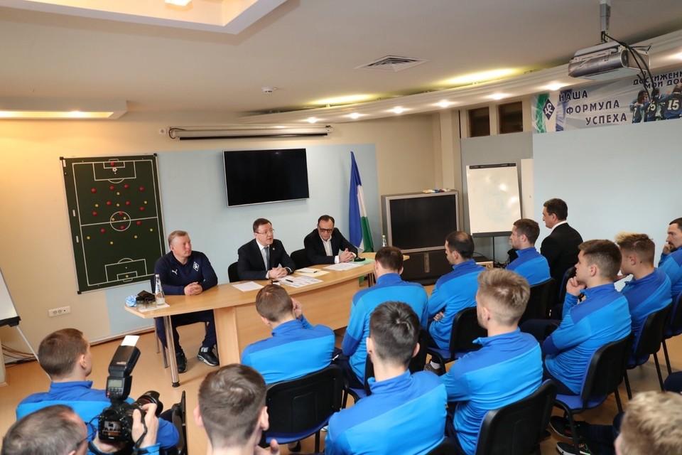 Губернатор приехал поддержать футболистов перед важным матчем