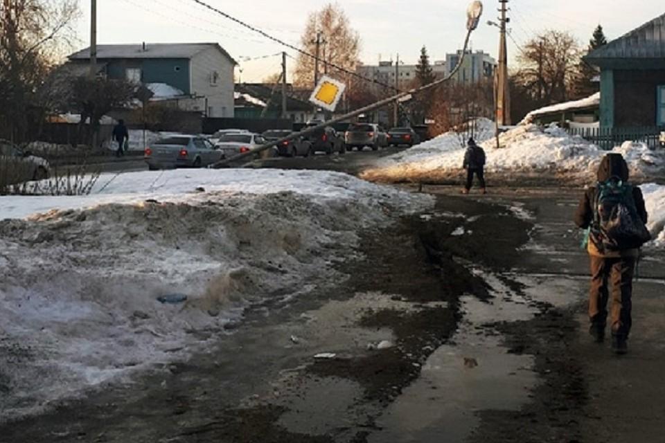 """Сломанный столб навис над дорогой в школу в Новосибирске. Фото: """"АСТ - 54""""."""