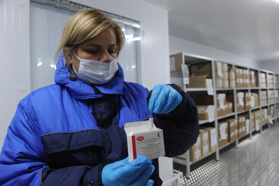 В Петербург впервые поступила новая вакцина от коронавируса.