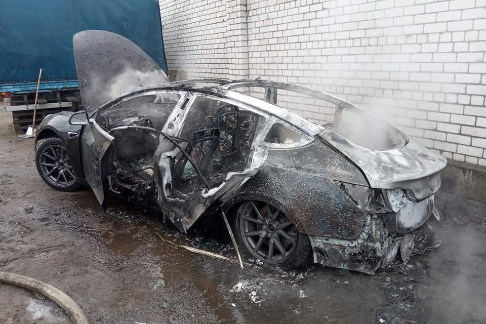 Автомобиль Tesla Model S3 2018 года выпуска уничтожен в результате пожара. Фото: Могилевский ГОЧС