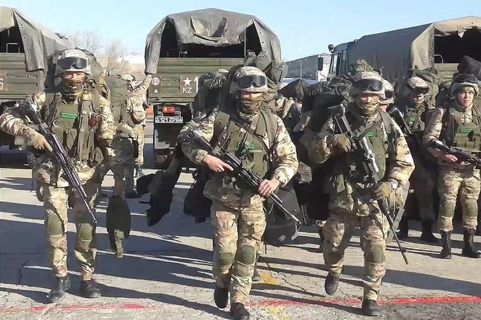 Ход проходящей комплексной проверки сил специальных операций «Алтын жебе» проконтролировал министр обороны РК, генерал-лейтенант Нурлан Ермекбаев.