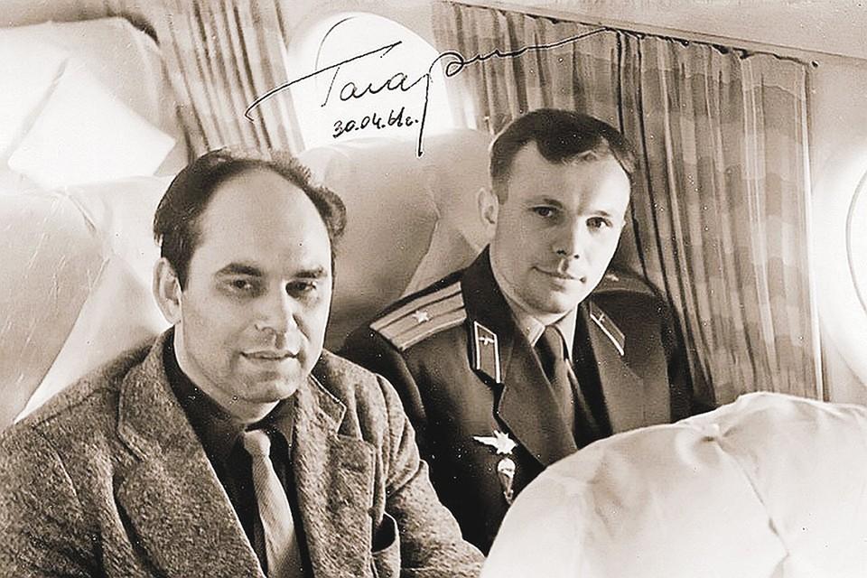 Легендарное фото - корреспонденты «КП», среди которых был Василий Песков, оказались первыми журналистами, взявшими интервью у Юрия Гагарина. Более того, они сопровождали первого космонавта от места посадки в Москву.