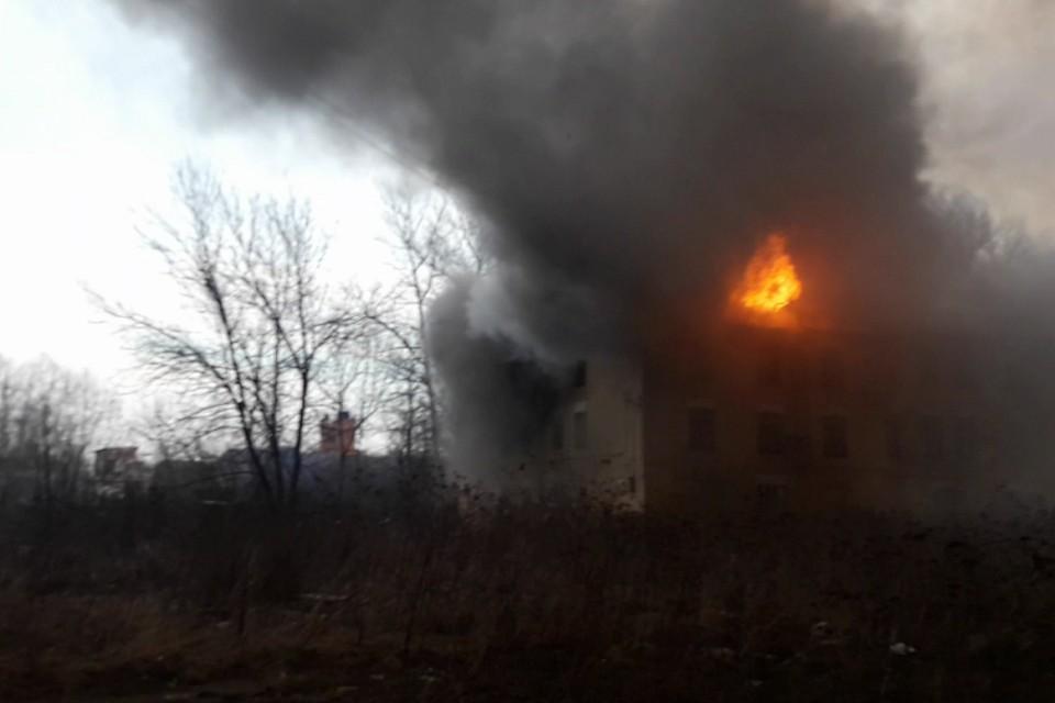 """Хостел загорелся от искры с пожара на """"Невской мануфактуре""""."""