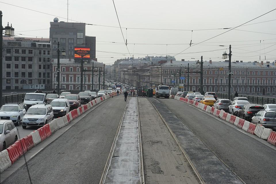 Ремонт Литейного моста осложнил жизнь петербуржцев.