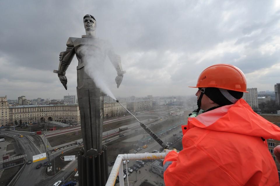 Один из самых высоких памятников в Москве-Юрию Гагарину. Его высота 42.5 метра