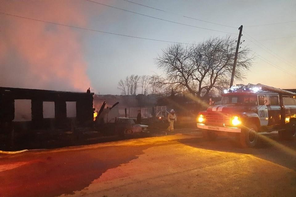 Пламя быстро охватило деревянный дом Фото: МЧС по Свердловской области