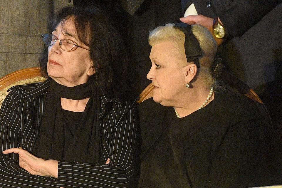 Наталья Дрожжина и Гитана Леонтенко во время гражданской панихиды по Алексею Баталову, 2016 г.
