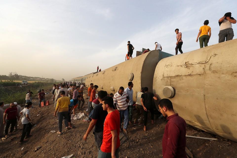 В Египте более 100 человек пострадали при сходе поезда с рельсов