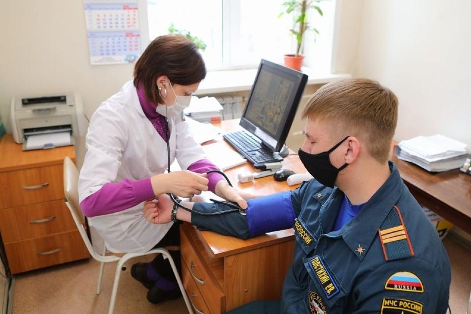 В Новосибирске сотрудники МЧС, который будут участвовать в параде, вакцинировались от ковида. Фото: ГУ МЧС по Новосибирской области