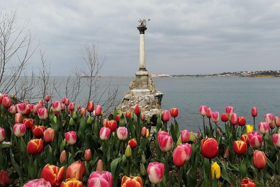 Памятник затопленным кораблям - визитная карточка Севастополя.