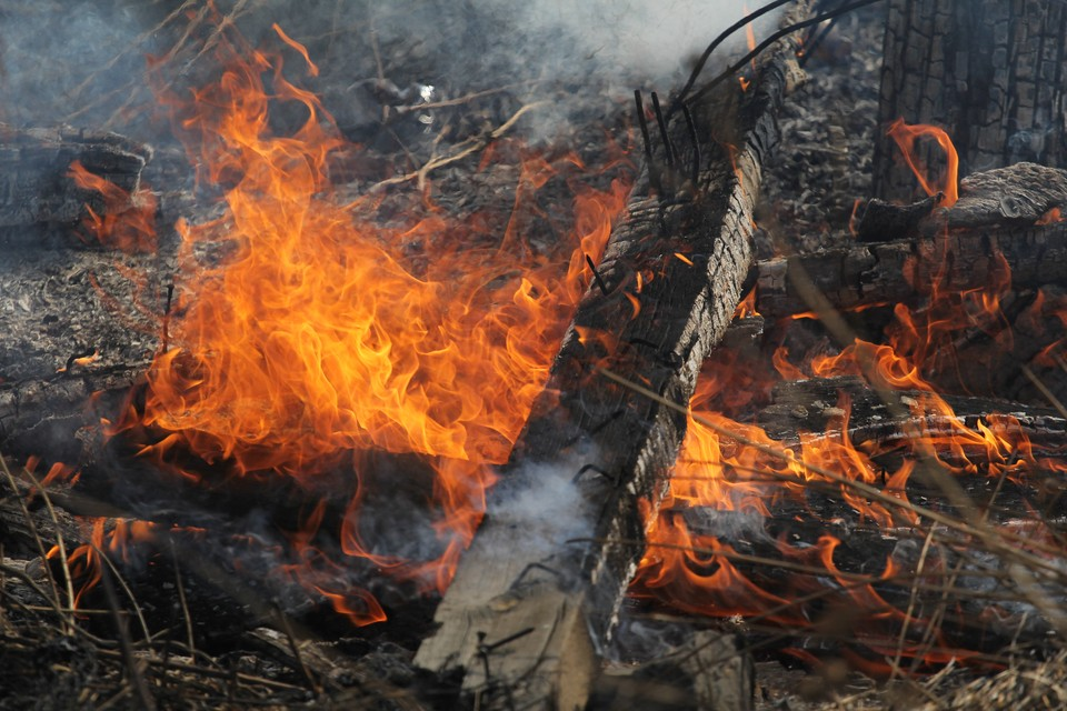 Пожилой Ангарчанин обжег руки во время пала травы