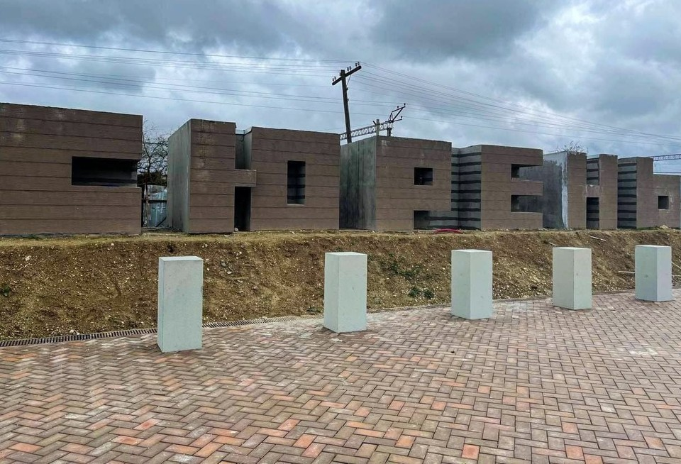 Мемориал располагается на станции «Сирень» в Бахчисарайском районе.