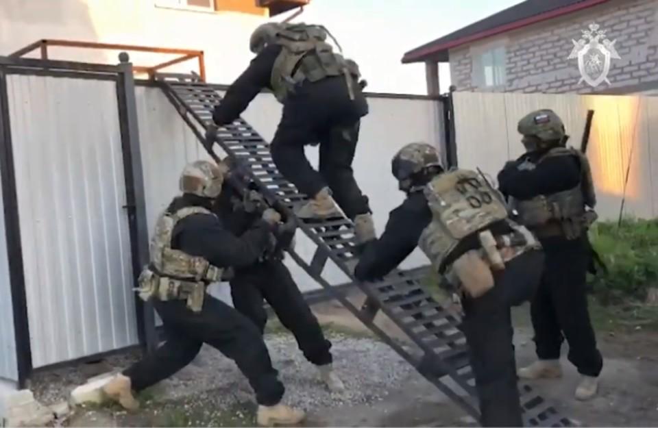 Дом одного из подозреваемых спецназ взял штурмом.