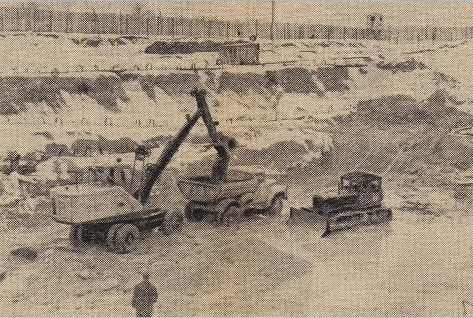На этом редком снимке видно, что стройплощадка ЮВС-2 напоминала исправительную колонию – с глухим забором по периметру и вышками охраны.