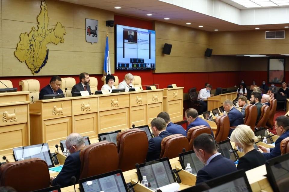 Областной парламент принял законопроект о постинтернатном сопровождении детей-сирот.