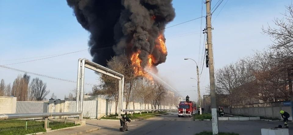 По некоторым данным, горит склад лакокрасочных изделий. Фото: соцсети