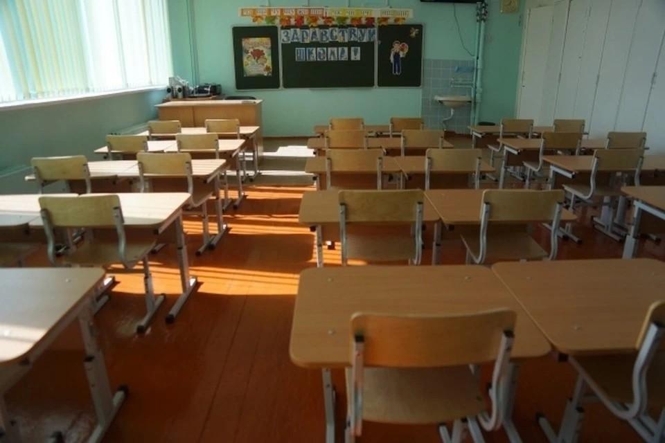 Родители учеников бердской школы пожаловались на то, что детей не пускают в помещение без сменной обуви или бахил.