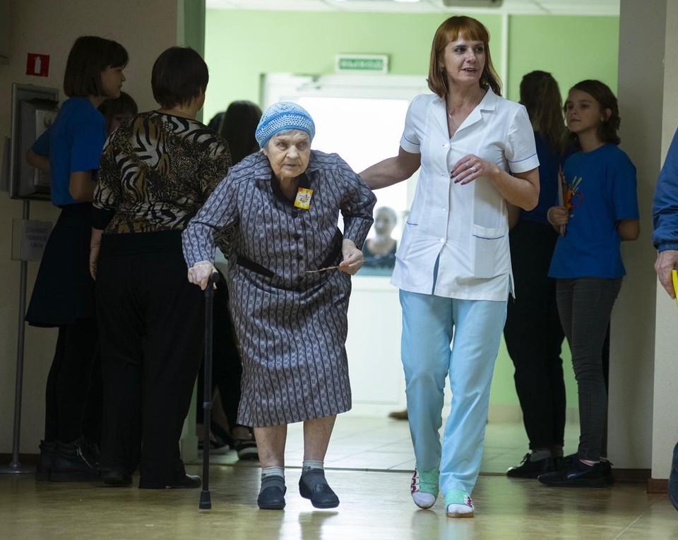 Более 200 тысяч пожилых людей и инвалидов получили различные социальные услуги в полном объеме и в установленные сроки.