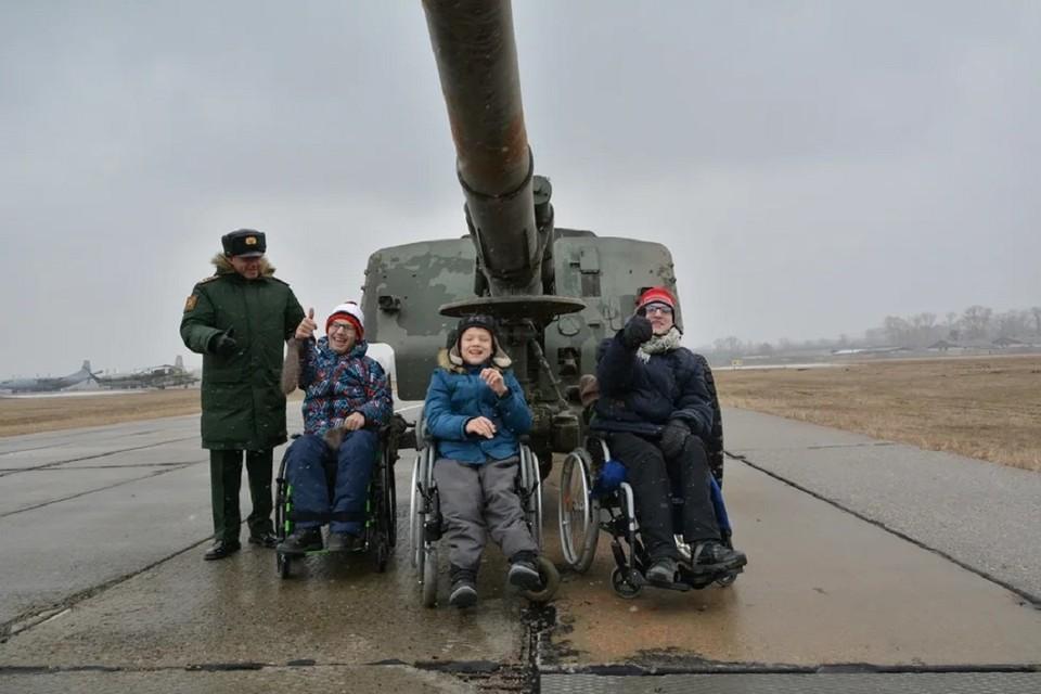 Новосибирские военные исполнили мечту детей с особенностями в развитии. Фото: пресс-служба ЦВО.