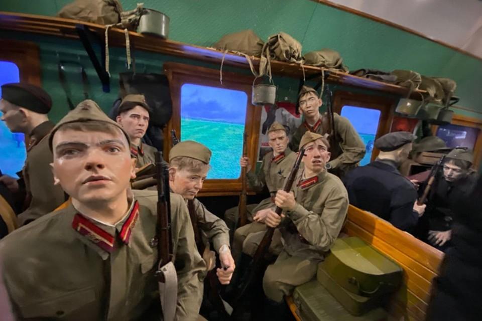 Посетители выставки проходят из вагона в вагон, слушая в наушниках рассказ аудиогида