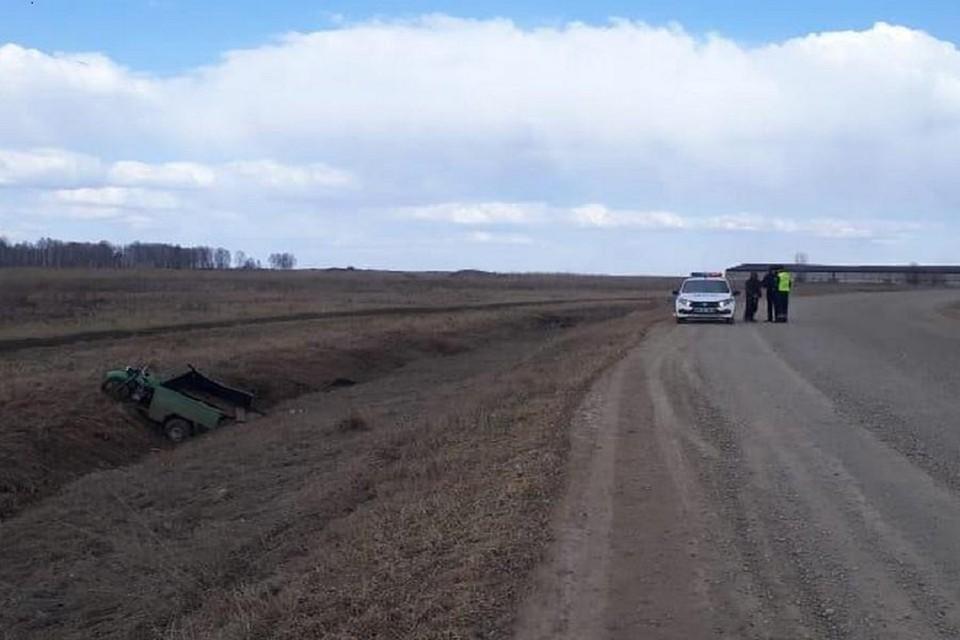 Под Новосибирском мужчина на мотоцикле вылетел в кювет и перевернулся. Фото: ГИБДД по НСО.