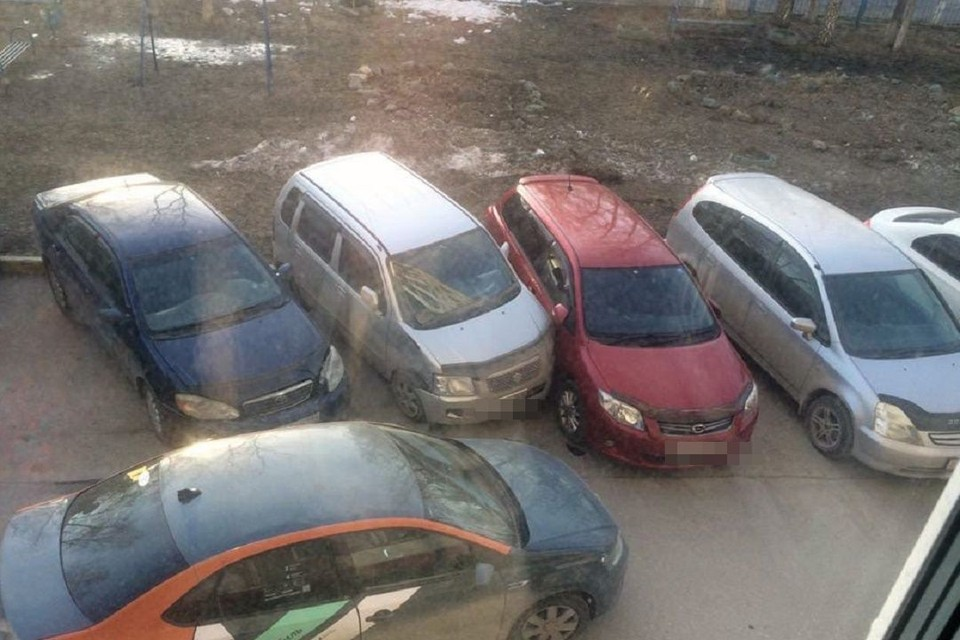 """Автомобиль каршеринга в Новосибирске снес три припаркованных машины. Фото: """"АСТ-54""""."""