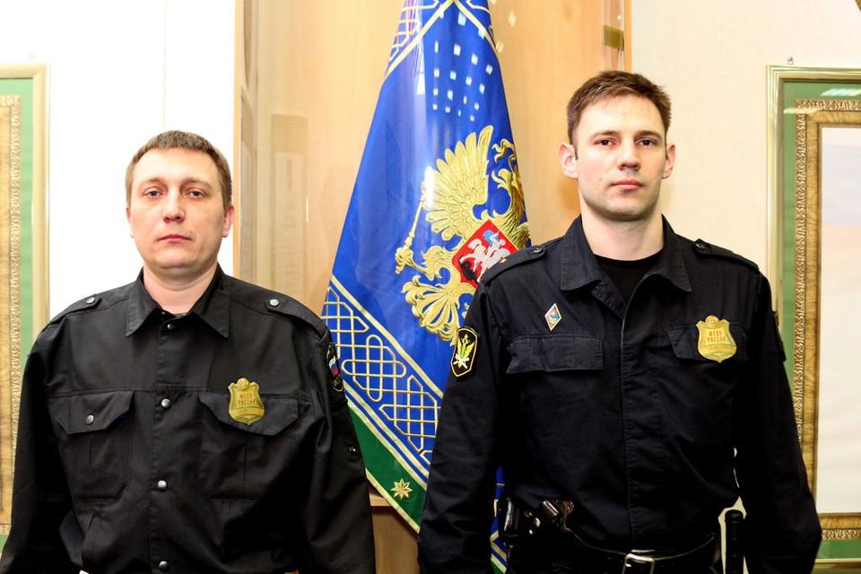 Александр Шумлянский и Никита Данилин спасли трех детей из горящего дома. Фото: УФССП России по Мурманской области