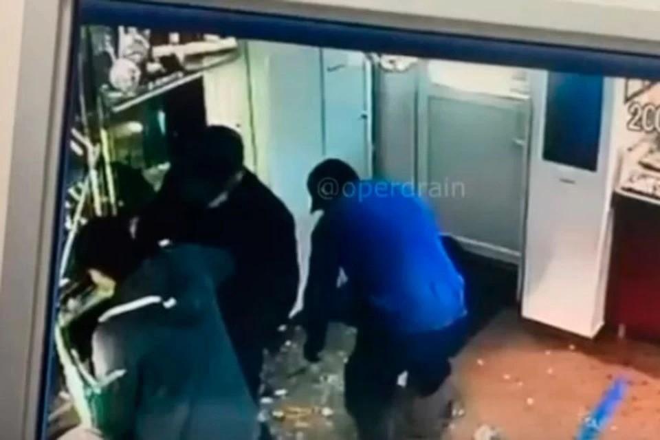 Момент ограбления ювелирки в Ижевске. Скрин с видео t.me/operdrain