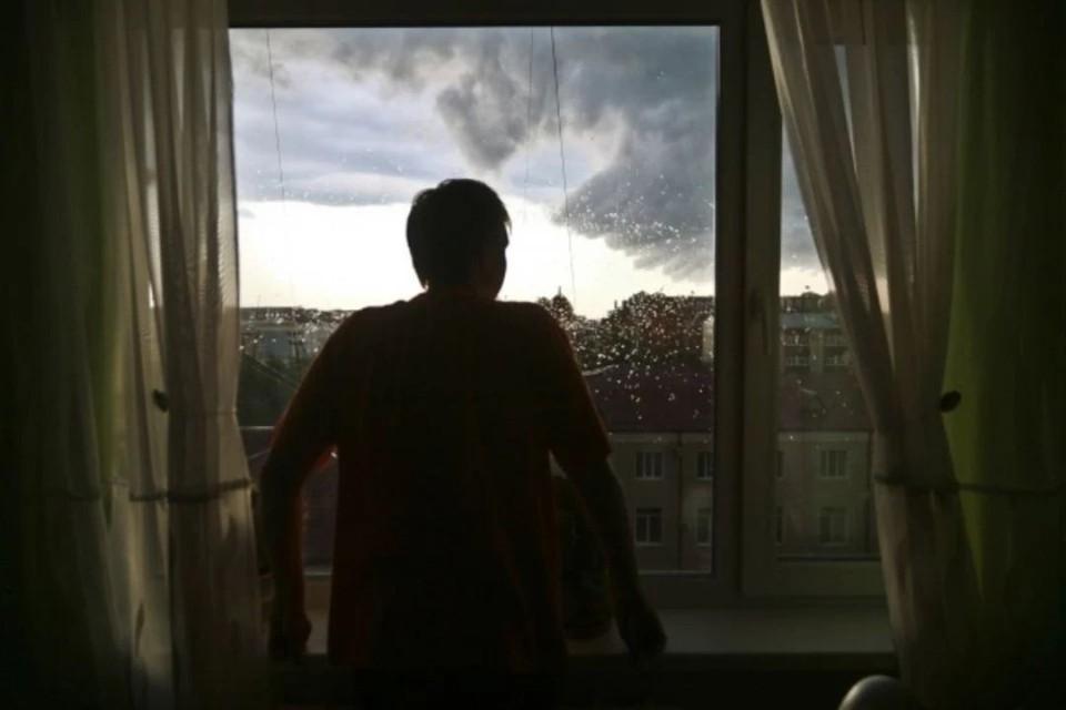 Если сильный ветер, ураган застал вас в здании, отойдите от окон и займите безопасное место внутри помещений.
