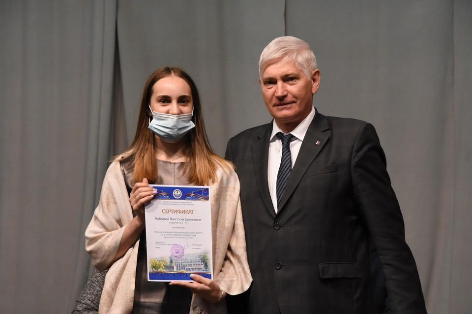 Сертификаты на получение именной стипендии вручил Виктор Мещеряков
