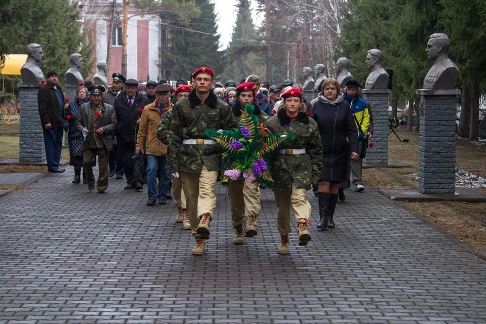 Гости возложили цветы к монументу Славы и почтили память павших в годы войны ордынцев.