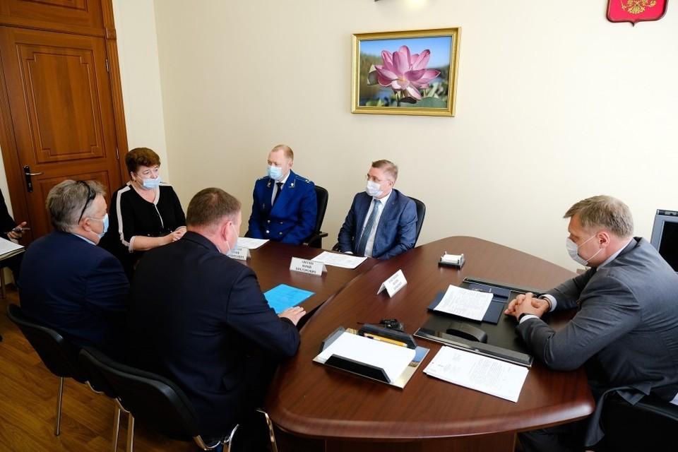 Губернатор Астраханской области Игорь Бабушкин совместно с представителями муниципалитетов провёл приём граждан