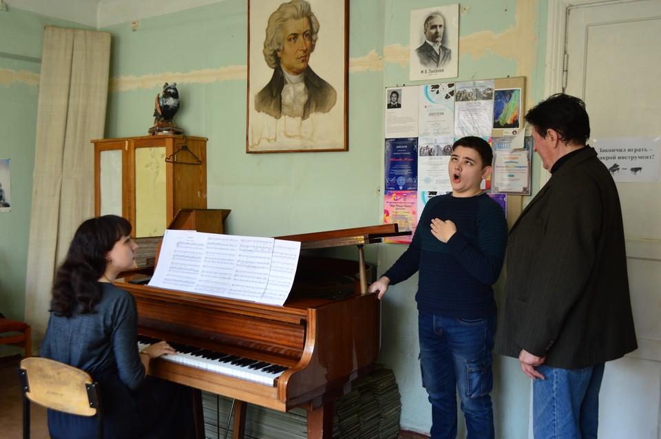 Максим разучивает новый романс с преподавателем Виктором Жуком и концертмейстером Викторией Орел