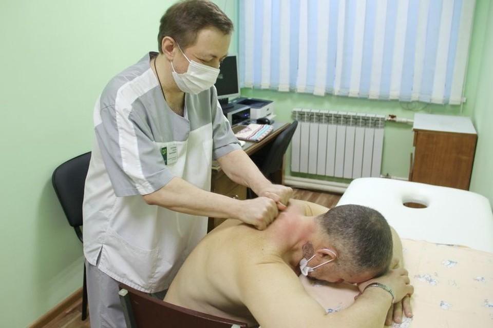 Всех жителей региона, находящихся под диспансерным наблюдением, регулярно осматривает терапевт. Фото: минздрав региона