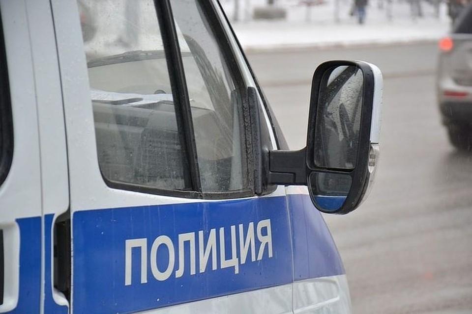 Полицейские устанавливают личность погибшей женщины.