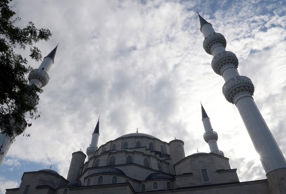 Пятничные намазы в мечетях временно приостановлены.