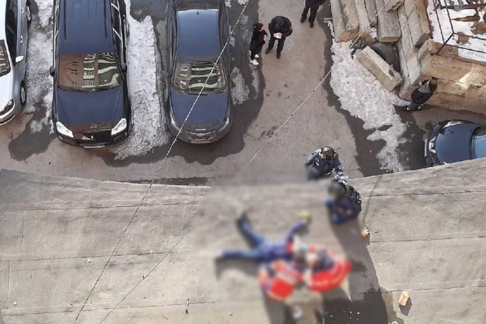 Тело женщины нашли на козырьке жилого дома. Фото: vk.com/murmansk_dtp