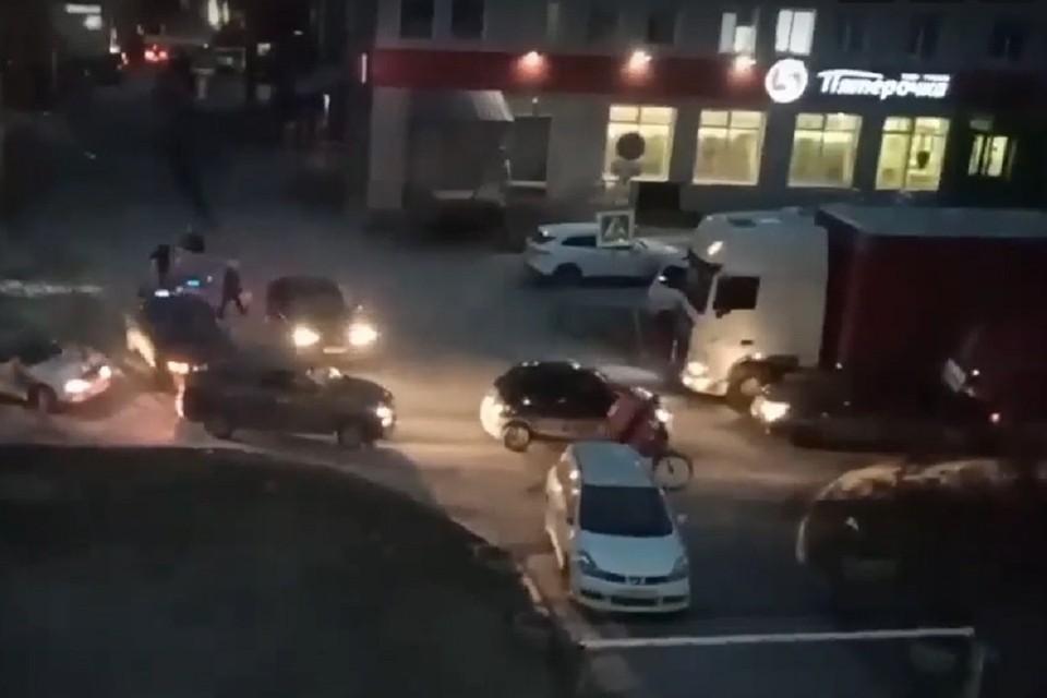 Иномарка, выехавшая на встречку, врезалась в грузовик. Фото: стоп-кадр.