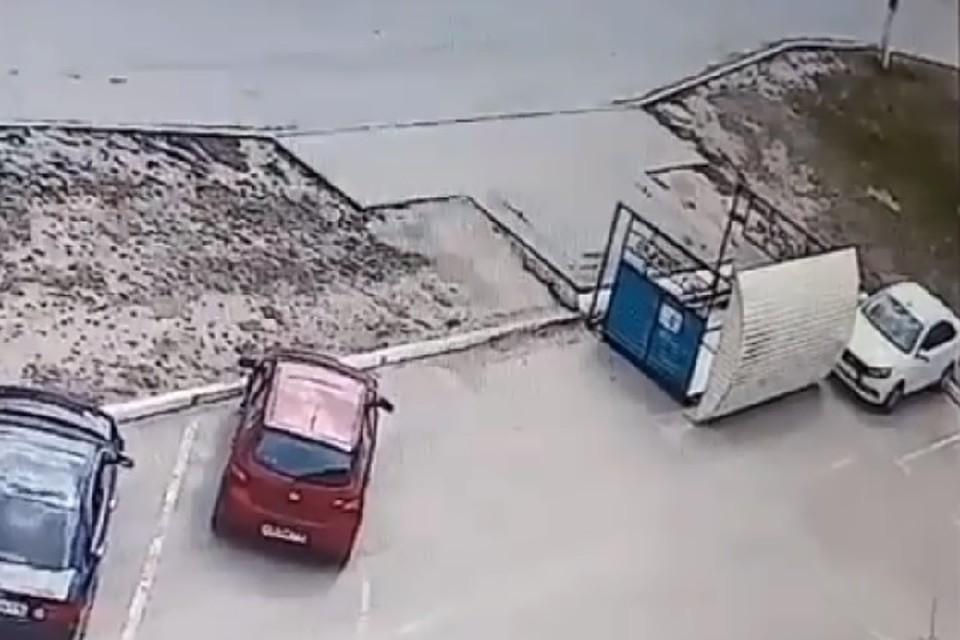 Так, в Елабуге павильон протащило несколько метров и он едва не повредил припаркованный автомобиль.